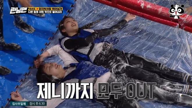 Fan xót xa khi Jisoo (BLACKPINK) bị Jeon So Min đạp té chỏng chơ tại Running Man - ảnh 7