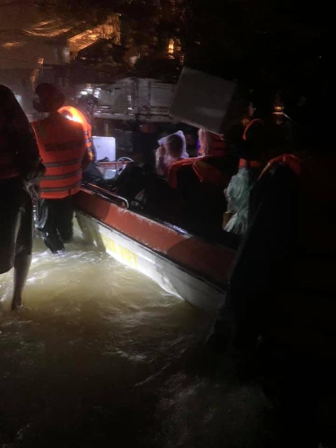 Nhiều người dân Quảng Trị đồng loạt lên mạng kêu cứu khi lũ bất ngờ lên nhanh trong đêm - ảnh 15