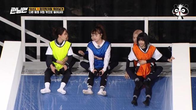 Fan xót xa khi Jisoo (BLACKPINK) bị Jeon So Min đạp té chỏng chơ tại Running Man - ảnh 1