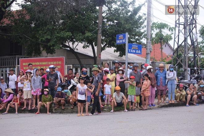 Người dân Huế tập trung 2 bên đường, vẫy tay tiễn đưa 13 liệt sĩ hy sinh về nơi an nghỉ cuối cùng - Ảnh 1.