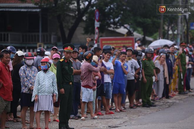 Người dân Huế tập trung 2 bên đường, vẫy tay tiễn đưa 13 liệt sĩ hy sinh về nơi an nghỉ cuối cùng - Ảnh 2.
