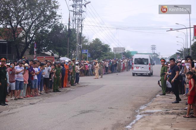 Người dân Huế tập trung 2 bên đường, vẫy tay tiễn đưa 13 liệt sĩ hy sinh về nơi an nghỉ cuối cùng - Ảnh 3.