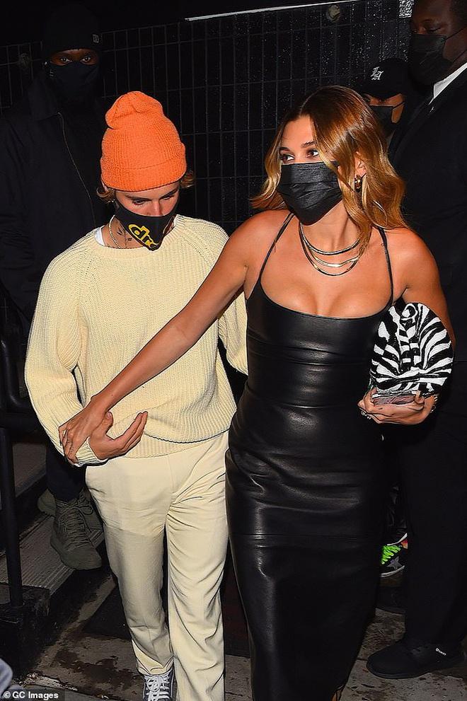 Justin Bieber và Hailey đối lập tại party hậu SNL: Vợ lồng lộn bức tử vòng 1, chồng lôi thôi theo sau và giữ khư khư bà xã - ảnh 7