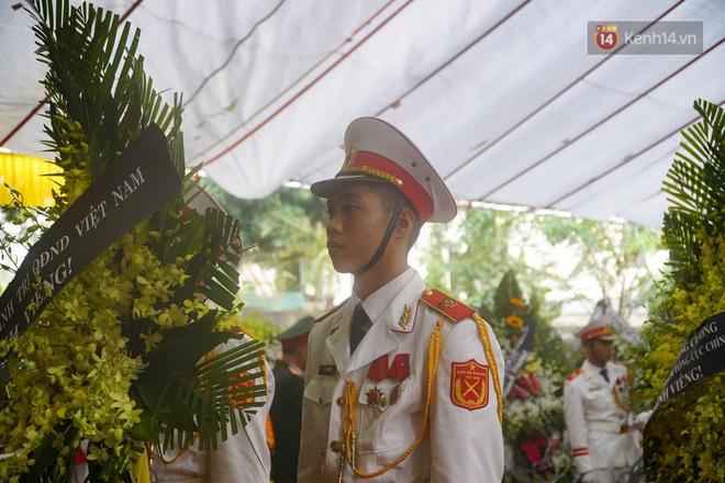 Nghẹn lòng lễ viếng 13 liệt sĩ hy sinh trên đường cứu hộ tại thuỷ điện Rào Trăng 3 - Ảnh 9.