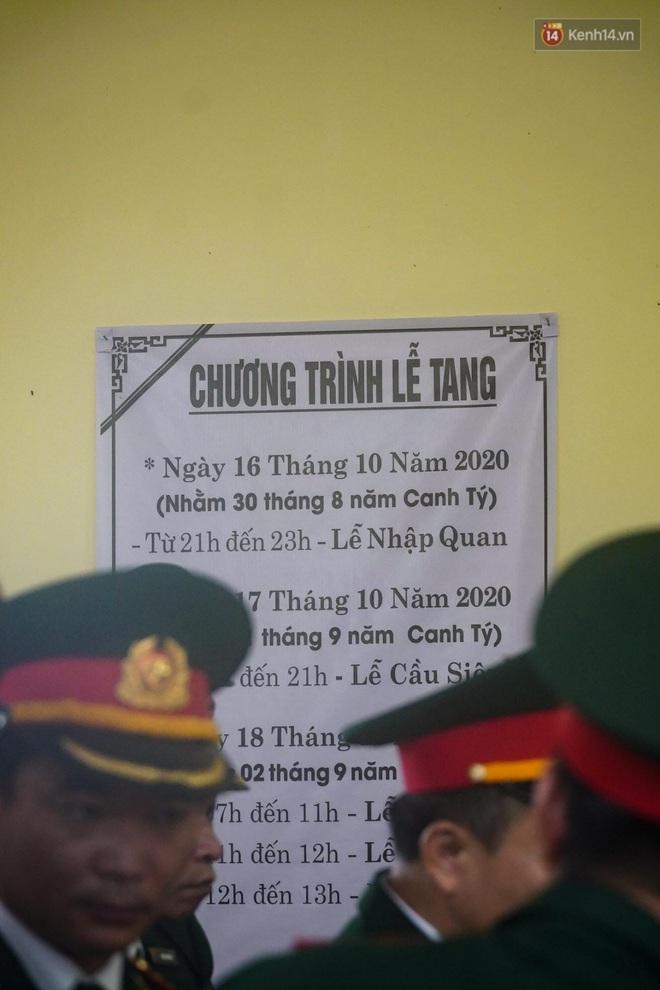 Nghẹn lòng lễ viếng 13 liệt sĩ hy sinh trên đường cứu hộ tại thuỷ điện Rào Trăng 3 - Ảnh 10.