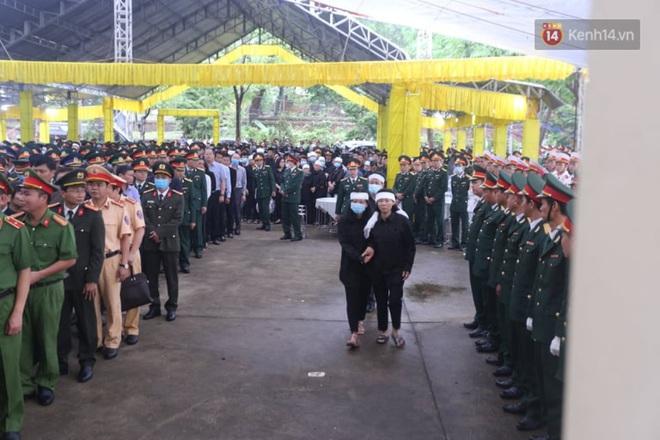 Nghẹn lòng lễ viếng 13 liệt sĩ hy sinh trên đường cứu hộ tại thuỷ điện Rào Trăng 3 - Ảnh 5.