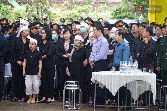 Nghẹn lòng lễ viếng 13 liệt sĩ hy sinh trên đường cứu hộ tại thuỷ điện Rào Trăng 3 - Ảnh 4.