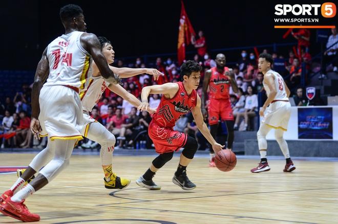 Xuất hiện cạnh bạn trai của Mẫn Tiên, ca sĩ Phương Ly chiếm trọn spotlight tại giải đấu bóng rổ chuyên nghiệp Việt Nam - ảnh 5
