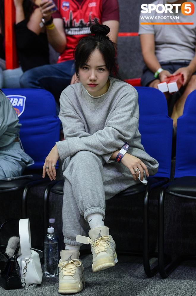 Xuất hiện cạnh bạn trai của Mẫn Tiên, ca sĩ Phương Ly chiếm trọn spotlight tại giải đấu bóng rổ chuyên nghiệp Việt Nam - ảnh 11