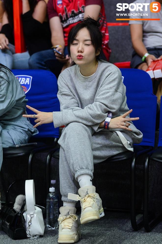Xuất hiện cạnh bạn trai của Mẫn Tiên, ca sĩ Phương Ly chiếm trọn spotlight tại giải đấu bóng rổ chuyên nghiệp Việt Nam - ảnh 9