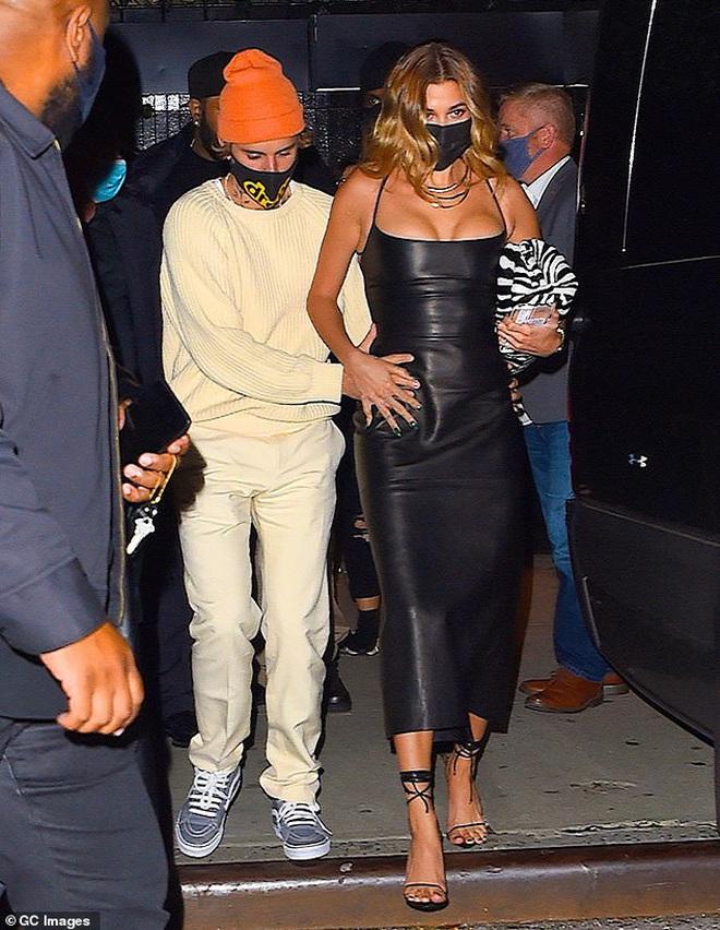Justin Bieber và Hailey đối lập tại party hậu SNL: Vợ lồng lộn bức tử vòng 1, chồng lôi thôi theo sau và giữ khư khư bà xã - ảnh 4
