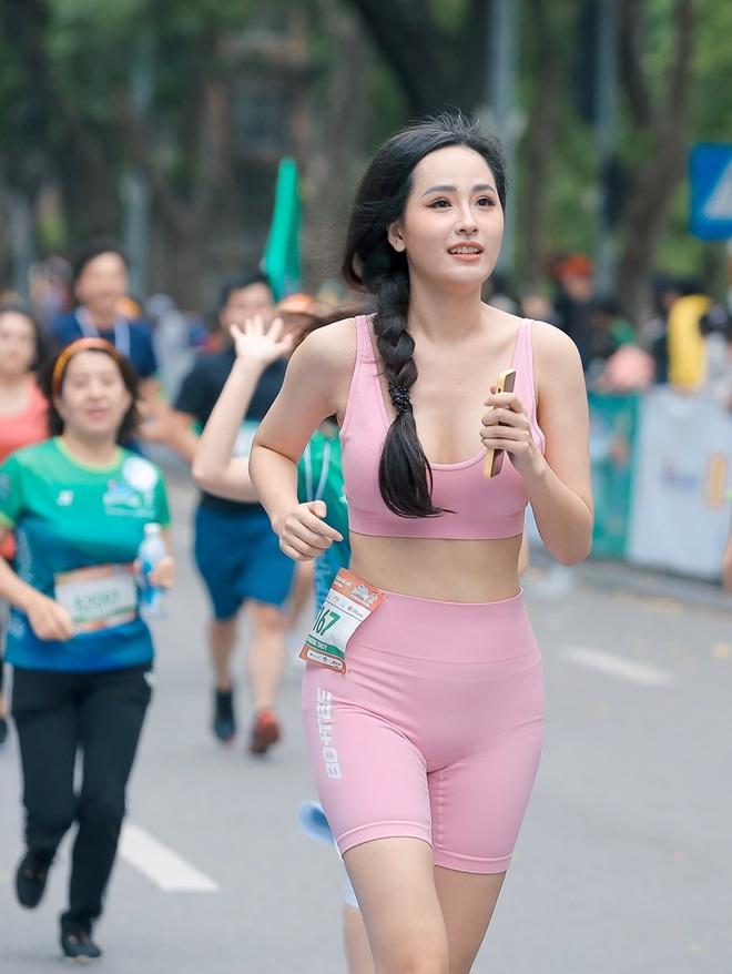 Dàn sao đổ bộ giải Marathon: Mai Phương Thuý chơi trội khoe vòng 1 gần 100 cm, dàn hậu và MC Mai Ngọc rạng rỡ - ảnh 1