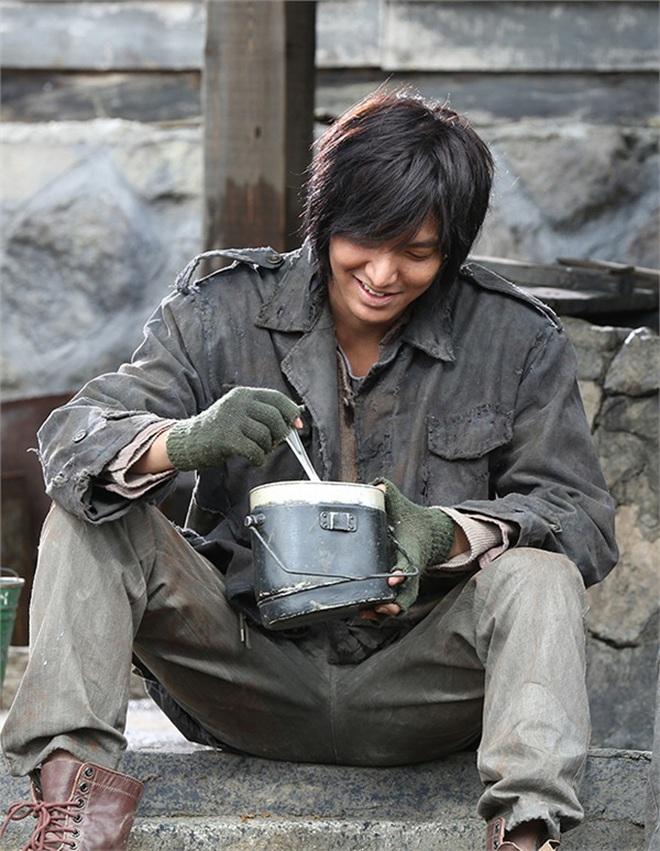 Chán làm con nhà giàu, Lee Min Ho biến hình thành trai nghèo, ơn trời sau 34 năm cuộc đời anh cũng chịu đổi màu rồi! - ảnh 2