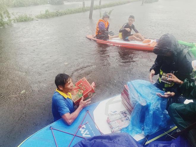 Biệt đội cano 0 đồng và những câu chuyện xúc động trên đường cứu trợ: Cả Quảng Bình trắng đêm giữa mưa lạnh, ước gì có thêm 100 chiếc cano - ảnh 7