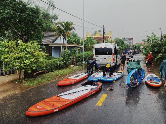 Biệt đội cano 0 đồng và những câu chuyện xúc động trên đường cứu trợ: Cả Quảng Bình trắng đêm giữa mưa lạnh, ước gì có thêm 100 chiếc cano - ảnh 6