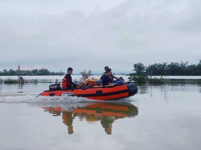 Biệt đội cano 0 đồng và những câu chuyện xúc động trên đường cứu trợ: Cả Quảng Bình trắng đêm giữa mưa lạnh, ước gì có thêm 100 chiếc cano - ảnh 5