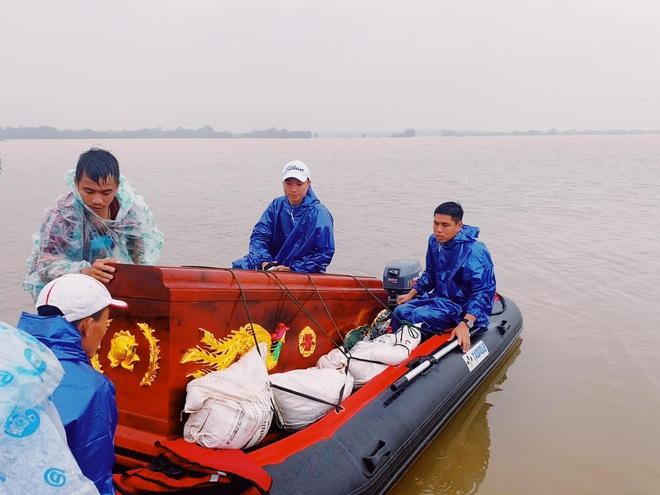 Biệt đội cano 0 đồng và những câu chuyện xúc động trên đường cứu trợ: Cả Quảng Bình trắng đêm giữa mưa lạnh, ước gì có thêm 100 chiếc cano - ảnh 8