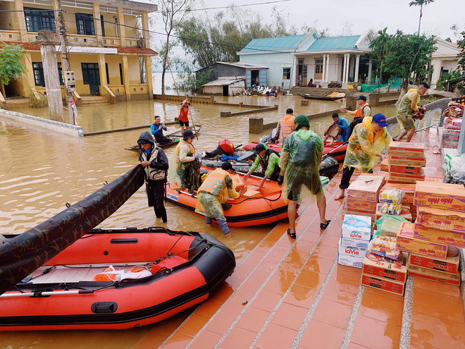 Biệt đội cano 0 đồng và những câu chuyện xúc động trên đường cứu trợ: Cả Quảng Bình trắng đêm giữa mưa lạnh, ước gì có thêm 100 chiếc cano - ảnh 1