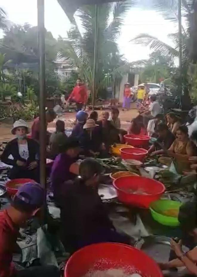 Người dân nhiều tỉnh thành chung tay gói hàng ngàn chiếc bánh chưng, bánh tét cứu trợ khúc ruột miền Trung - ảnh 13