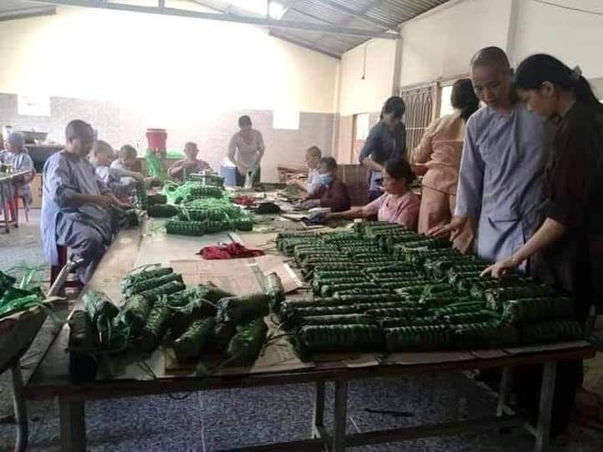 Người dân nhiều tỉnh thành chung tay gói hàng ngàn chiếc bánh chưng, bánh tét cứu trợ khúc ruột miền Trung - ảnh 18
