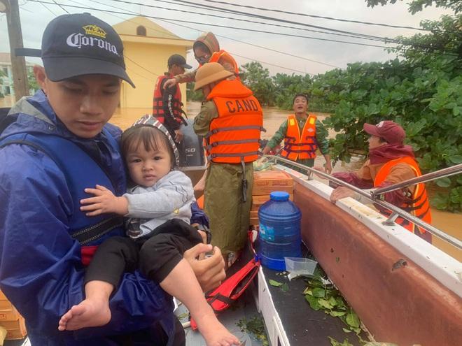 Biệt đội cano 0 đồng và những câu chuyện xúc động trên đường cứu trợ: Cả Quảng Bình trắng đêm giữa mưa lạnh, ước gì có thêm 100 chiếc cano - ảnh 3