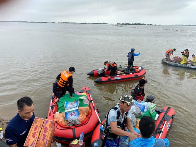Biệt đội cano 0 đồng và những câu chuyện xúc động trên đường cứu trợ: Cả Quảng Bình trắng đêm giữa mưa lạnh, ước gì có thêm 100 chiếc cano - ảnh 2