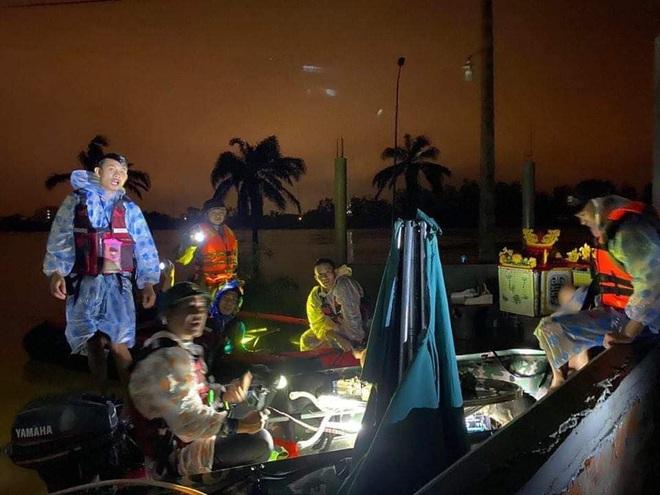Biệt đội cano 0 đồng và những câu chuyện xúc động trên đường cứu trợ: Cả Quảng Bình trắng đêm giữa mưa lạnh, ước gì có thêm 100 chiếc cano - ảnh 11