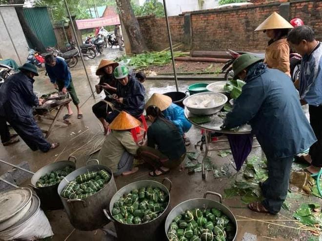 Người dân nhiều tỉnh thành chung tay gói hàng ngàn chiếc bánh chưng, bánh tét cứu trợ khúc ruột miền Trung - ảnh 9