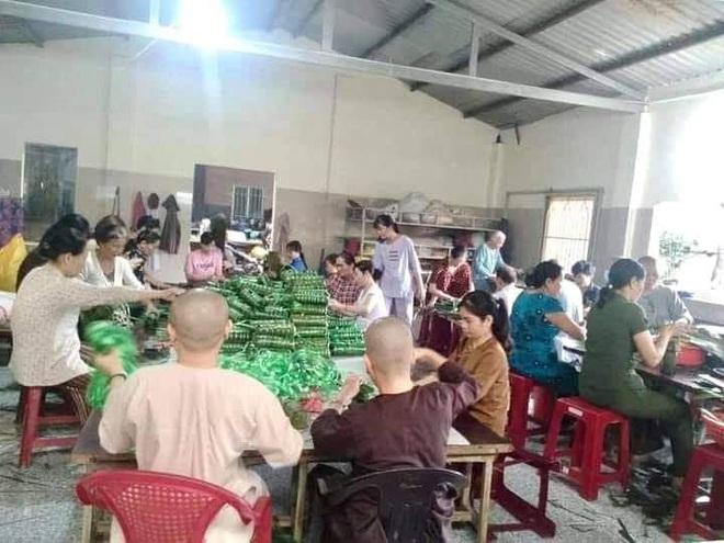 Người dân nhiều tỉnh thành chung tay gói hàng ngàn chiếc bánh chưng, bánh tét cứu trợ khúc ruột miền Trung - ảnh 17