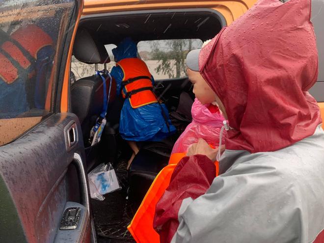 Biệt đội cano 0 đồng và những câu chuyện xúc động trên đường cứu trợ: Cả Quảng Bình trắng đêm giữa mưa lạnh, ước gì có thêm 100 chiếc cano - ảnh 10