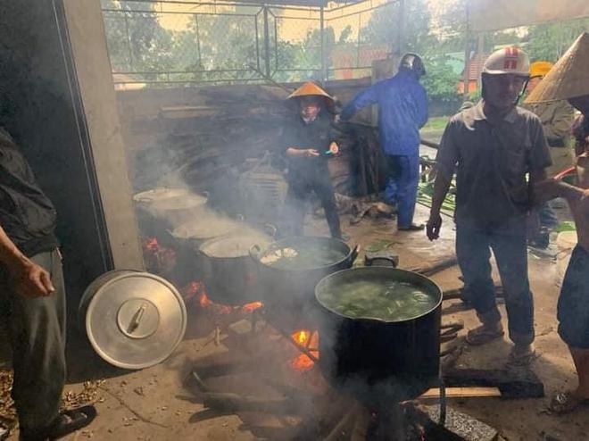 Người dân nhiều tỉnh thành chung tay gói hàng ngàn chiếc bánh chưng, bánh tét cứu trợ khúc ruột miền Trung - ảnh 11