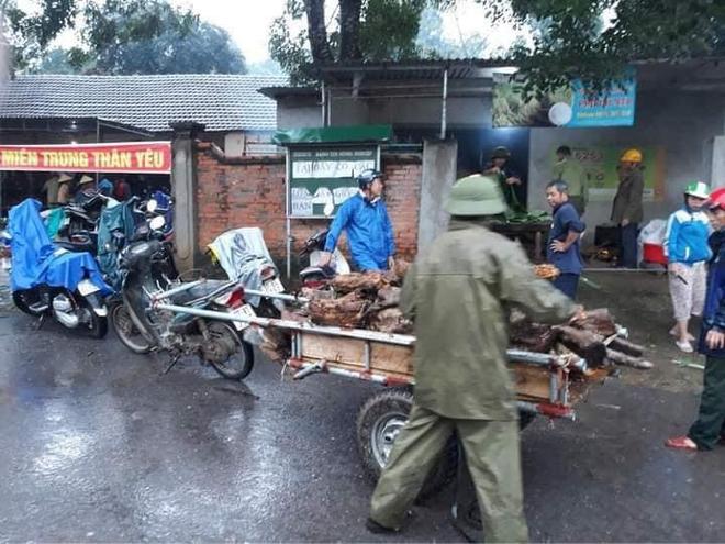 Người dân nhiều tỉnh thành chung tay gói hàng ngàn chiếc bánh chưng, bánh tét cứu trợ khúc ruột miền Trung - ảnh 10