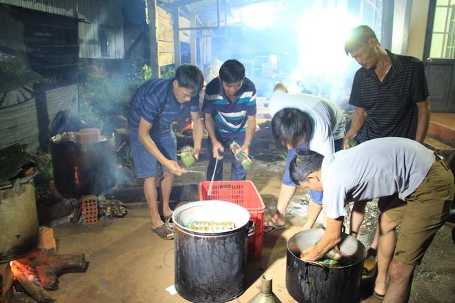 Người dân nhiều tỉnh thành chung tay gói hàng ngàn chiếc bánh chưng, bánh tét cứu trợ khúc ruột miền Trung - ảnh 7