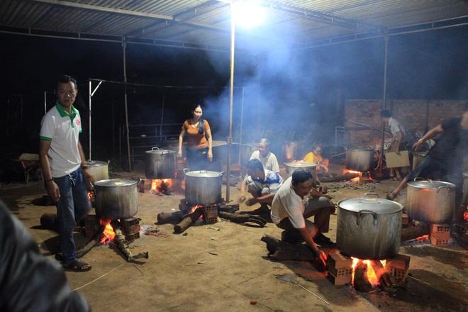 Người dân nhiều tỉnh thành chung tay gói hàng ngàn chiếc bánh chưng, bánh tét cứu trợ khúc ruột miền Trung - ảnh 8