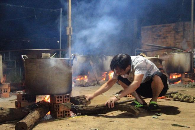 Người dân nhiều tỉnh thành chung tay gói hàng ngàn chiếc bánh chưng, bánh tét cứu trợ khúc ruột miền Trung - ảnh 6