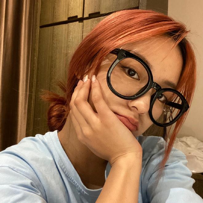 """""""Thánh hất tóc"""" TikTok: Cô gái vàng trong làng tạo trend xứ Trung, lộ ảnh chưa chỉnh sửa khiến fan """"hỗn chiến"""" - Ảnh 4."""