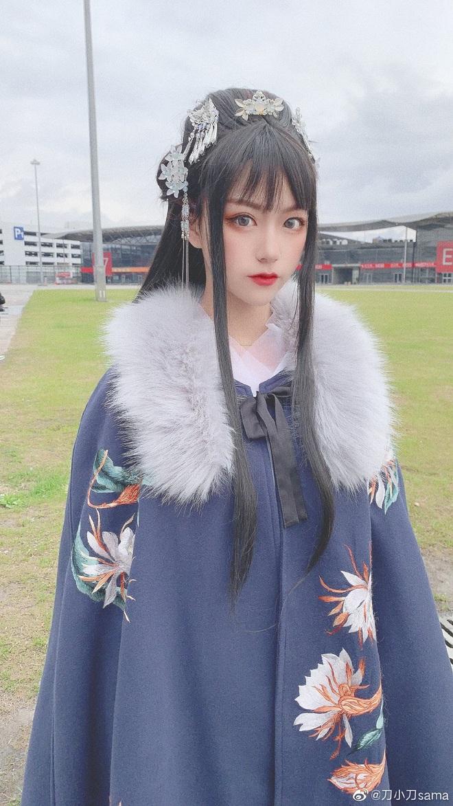"""""""Thánh hất tóc"""" TikTok: Cô gái vàng trong làng tạo trend xứ Trung, lộ ảnh chưa chỉnh sửa khiến fan """"hỗn chiến"""" - Ảnh 2."""