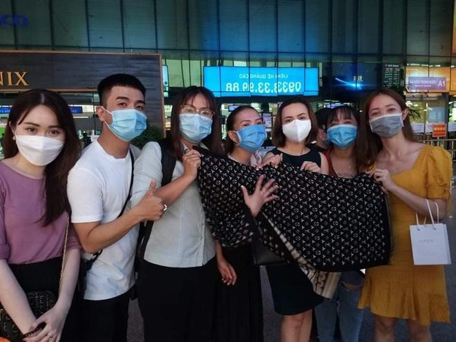 Thuỷ Tiên đã đáp chuyến bay về TP.HCM chiều nay sau 6 ngày cứu trợ, fan chờ đón từ sớm tại sân bay - ảnh 3