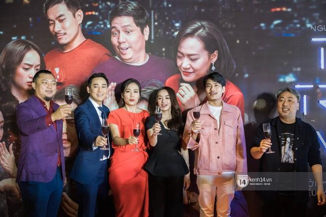Kaity Nguyễn diện cây đen nền nã, dính như sam với tình màn ảnh Kiều Minh Tuấn ở thảm đỏ Tiệc Trăng Máu - ảnh 1