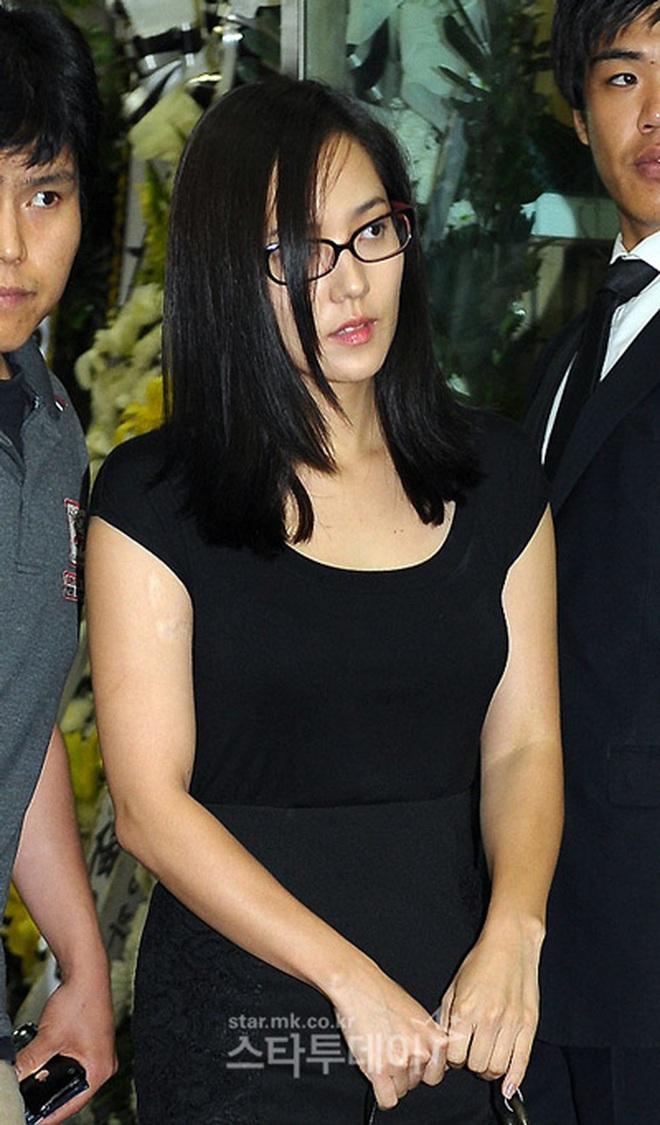 Đời bi kịch của tài tử Bản Tình Ca Mùa Đông: Lộ ảnh nóng với nữ thần nhà SM, bị fan ép chia tay và cái kết khiến cả châu Á chấn động - ảnh 8
