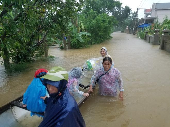 Gần một tháng qua, hàng chục nghìn cán bộ chiến sĩ được huy động ứng cứu, hỗ trợ đồng bào bão lũ: Nhân dân ổn định lại cuộc sống thì mới rút quân - Ảnh 3.
