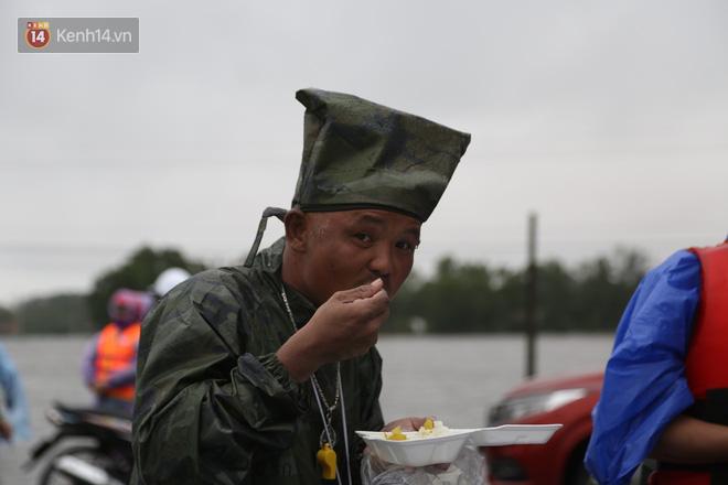 Tình người trong cơn lũ lịch sử ở Quảng Bình: Dân đội mưa lạnh, ăn mỳ tôm sống đi cứu trợ nhà ngập lụt - ảnh 13
