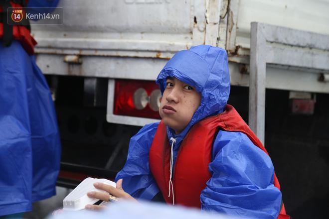 Tình người trong cơn lũ lịch sử ở Quảng Bình: Dân đội mưa lạnh, ăn mỳ tôm sống đi cứu trợ nhà ngập lụt - ảnh 12