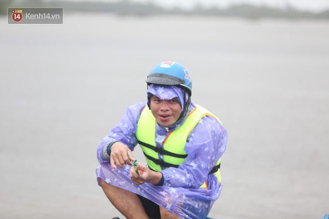 Tình người trong cơn lũ lịch sử ở Quảng Bình: Dân đội mưa lạnh, ăn mỳ tôm sống đi cứu trợ nhà ngập lụt - ảnh 15