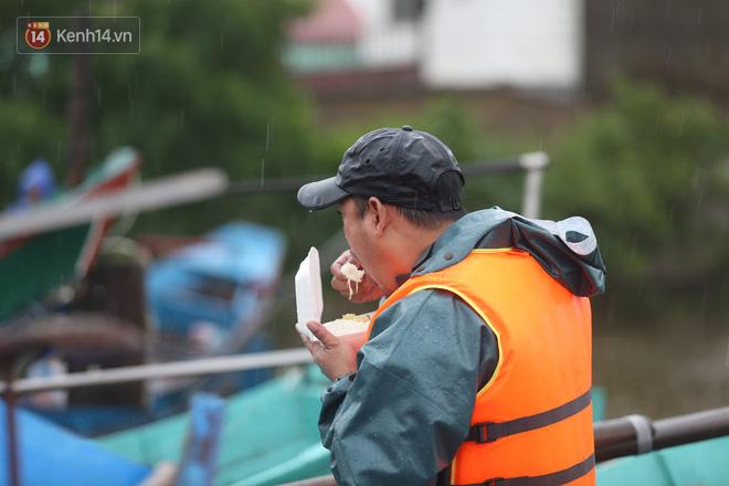 Tình người trong cơn lũ lịch sử ở Quảng Bình: Dân đội mưa lạnh, ăn mỳ tôm sống đi cứu trợ nhà ngập lụt - ảnh 11
