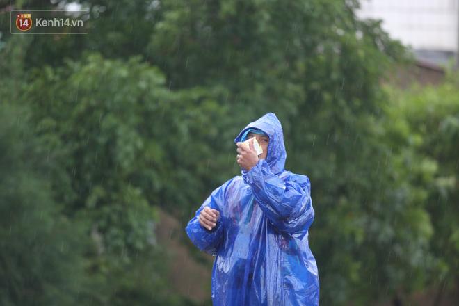 Tình người trong cơn lũ lịch sử ở Quảng Bình: Dân đội mưa lạnh, ăn mỳ tôm sống đi cứu trợ nhà ngập lụt - ảnh 18