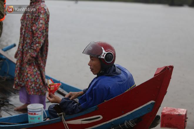 Tình người trong cơn lũ lịch sử ở Quảng Bình: Dân đội mưa lạnh, ăn mỳ tôm sống đi cứu trợ nhà ngập lụt - ảnh 17