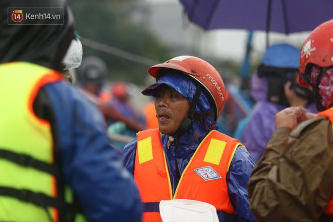 Tình người trong cơn lũ lịch sử ở Quảng Bình: Dân đội mưa lạnh, ăn mỳ tôm sống đi cứu trợ nhà ngập lụt - ảnh 10