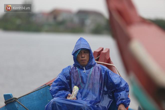 Tình người trong cơn lũ lịch sử ở Quảng Bình: Dân đội mưa lạnh, ăn mỳ tôm sống đi cứu trợ nhà ngập lụt - ảnh 16