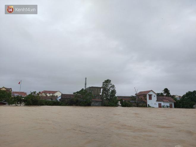 Tình người trong cơn lũ lịch sử ở Quảng Bình: Dân đội mưa lạnh, ăn mỳ tôm sống đi cứu trợ nhà ngập lụt - ảnh 3